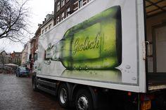De foto van een Grolsch biertje op een vrachtwagen is heel sterk omdat je vrachtwagens overal ziet en hierdoor door veel mensen gezien wordt.