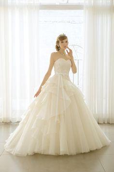 DRESS一覧   福岡ウェディングドレスのレンタル「レイジーシンデレラ福岡」 コットンキャンディー 身頃はコンパクトにイレギュラーなタックドレープにビーズリバーを施した一着。スカートにはアシンメトリーなラッフルフリルとエアリーなソフトチュールで裾に向かって広がるシルエットが大人なイメージ。