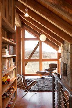 Die Galerie nimmt in der Reed Residence in Colorado einen besonderen Stellenwert ein. Der meiste Teil des Raumes im Erdgeschoss reicht bis zur Decke. Nur e