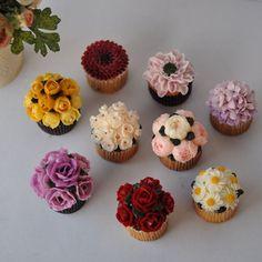 "71 Likes, 8 Comments - FANY CAKE (@fany_cake) on Instagram: ""맑게,밝게 ✨ Rose & hydrangea mini cake  3월 파니케이크 원데이 클래스 컵케이크4구 15일 - 여석 1 22일 - 여석2 29일  미니케이크…"""