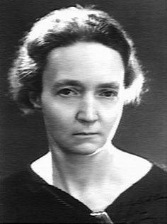 IRÈNE JOLIOT CURIE. Nació en París, hija de Pierre Curie (Nobel de Física en 1903) y Marie Curie (Nobel de Física en 1903 y de Química en 1911).  Junto con su marido inició sus investigaciones en el campo de la física nuclear y buscando la estructura del átomo, en particular en la estructura y proyección del núcleo y que fue fundamental para el posterior descubrimiento del neutrón en 1932, y en 1934 consiguieron producir artificialmente elementos radiactivos.