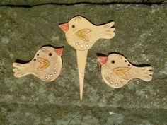 Ptačí trio Tři ptáčci - dva na zavěšení, jeden jako zápich. Z hladké hlíny, glazovaní, rozměr na délku cca 13 cm.