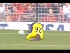 A compilation of goalkeeper Fails. Greatest goalkeeper fail ever! The goalkeeper carries a massive amount of responsibility on the pitch. Football Funny Moments, Funny Football, Goalkeeper, Rubber Duck, Mistakes, Soccer, Youtube, Goaltender, Funny Soccer
