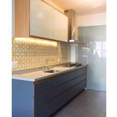 Lurca Azulejos | Azulejos Polvo Amarelo no projeto @estudio_piloti | Polvo Yellow - Ceramic Tiles // Shop Online www.lurca.com.br  #azulejos #azulejosdecorados #revestimento #arquitetura #reforma #decoração #interiores #decor #casa #sala #design #ceramica #tiles #ceramictiles #ceramic #architecture #interiors #homestyle #livingroom #wall #backsplash #homedecor #saopaulo #sp #lurca #lurcaazulejos