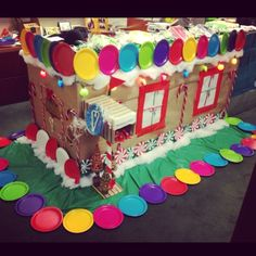 gingerbread house idea using colored plates Christmas Float Ideas, Merry Christmas Sign, Christmas On A Budget, Christmas Crafts, Xmas, Christmas Cubical Decorations, Christmas Door Decorating Contest, Modern Christmas Decor, Cubicle Decorations