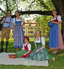 All the dirndl ideas Romantic Outfit, People Of The World, Traditional Dresses, Disney Princess, Sewing, Disney Characters, Clothes, Ideas, Gold Embroidery