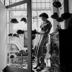 IlPost - Cappellini, cuffie e baschetti - La vetrina di un negozio di modisteria a Newark, in New Jersey, nel 1955.  (Ken Harding/BIPs/Getty Images)