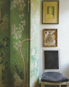 A screen sheathed in chinoiserie wallpaper meets small-scale British paintings in a bedroom at style icon Daphne Guinness's New York apartment, which was decorated by Daniel Romualdez. Gracie Wallpaper, Pink Wallpaper, Velvet Wallpaper, Wallpaper Panels, Chinoiserie Wallpaper, Chinoiserie Chic, Daphne Guinness, New York City Apartment, Manhattan Apartment