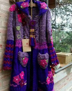 Seguimos con los tapados divinos!! Tonos violeta, obispo, morado intenso y muchas flores para estos días fríos!! Hippie romántico, súper exclusivo!!! Hacemos envíos a toda Argentina. Alejandra y Claudia somos Warawa Tejidos a mano 💝 Crochet Coat, Form Crochet, Crochet Cardigan, Crochet Clothes, Mori Fashion, Modern Crochet, Crochet Fashion, Beautiful Crochet, Coats For Women