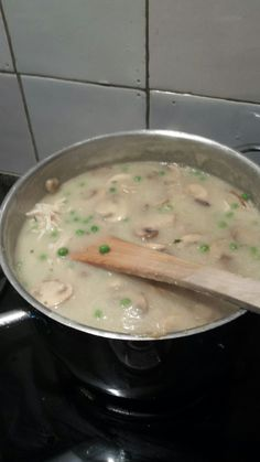 Homemade champignon soep met verse doperwtjes en pulled kip