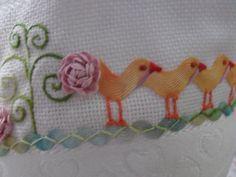Quando aprendi fazer esses pintinhos no curso de bordado, logo tive vontade de fazer alguma coisa para bebe bordado com eles. A oportunid...