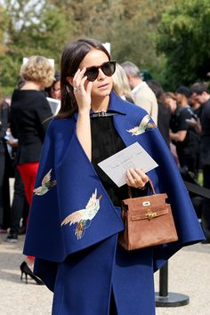 zoom in on that fab cape. Miss Mira being her fabulous self in Paris. #MiroslavaDuma