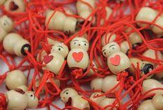 Gelukspoppetje van hout met een lief rood hartje (2 cm)