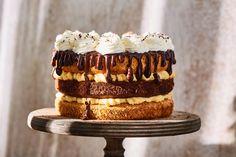 Jó sok év eltelt már mióta megszületett a magyarok egyik kedvenc édessége a somlói galuska, szóval ideje volt kicsit újítani a recepten. Persze csak bizonyos határok között, hiszen mi is rajongunk ezért a hagyományos sütiéért. :) Az alapízek megmaradtak, csak torta formát öntött a süti. Hát képzelhetitek milyen isteni lett! :D