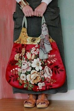 I love this fabric knitting-style bag... easily made from recycled curtains... Patchwork Quilt, Patchwork Bags, Handmade Handbags, Handmade Bags, My Bags, Purses And Bags, Totes And Bags, Estilo Hippy, Diy Sac