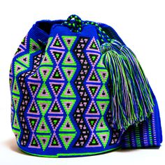Handmade Hermosa Wayuu bags are rare art. Only small amounts are made because of the complexity and method to produce a single Hermosa Wayuu Bag. Only One Kind, Limited Edition, Extra Large Tight Mochila Crochet, Crochet Tote, Crochet Purses, Crochet Stitches, Free Crochet, Crochet Patterns, Tapestry Bag, Tapestry Crochet, Diy Handbag