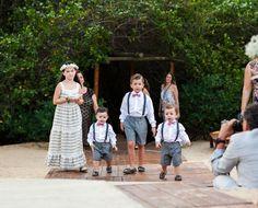 As crianças do casamento da Carla Gottardi e do Vinicius Montana levaram as alianças até o altar. Muito fofos! Veja mais: http://yeswedding.com.br/pt/antena-yes/post/juras-de-amor-na-bahia