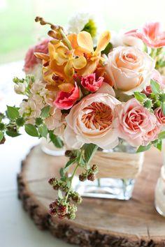 Rosas color durazno, crema y rosadas en un pedazo de madera #Blom #BlomFlores