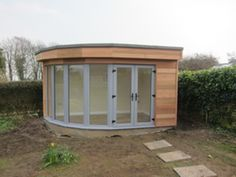 We think this is the first curve fronted garden room we've seen! It certainly captures the views and natural light through the full length windows and doors Corner Summer House, Summer House Garden, Small Garden Office, Corner Log Cabins, Garden Pods, Garden Bar, Contemporary Garden Rooms, Corner Sheds, Garden Cabins