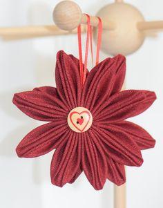 Décoration de Noël fleurs originales en lin rouge à suspendre dans un sapin ou en déco dans un centre de table