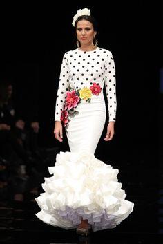 Traje de Flamenca - Ernesto-Sillero- - Simof-2017 Flamenco Costume, Flamenco Dancers, Traditional Mexican Dress, Spanish Dress, Virtuous Woman, Trumpet Skirt, Mexican Dresses, Frill Dress, Fashion Shoot