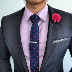 Combinar gravatas e camisas que possuem padrões ou estampas é uma das maiores dúvidas fashion do homem. No começo tudo era mais simples, as camisas, em sua maioria, eram lisas e pouca massa cinzent…