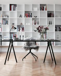 beautiful home office with large open shelves and black desk Mesa Home Office, Home Office Space, Home Office Desks, Office Decor, Office Ideas, Table Desk Office, Ceo Office, Office Nook, Office Setup
