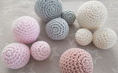Free tutorial on how to crochet balls or balls in the form of video and text with pictures. Nothing can go wrong. Marie Wallin Knitting pattern Loop from sock wool Bonnet Crochet, Crochet Motifs, Crochet Beanie, Crochet Stitches, Baby Knitting Patterns, Free Knitting, Crochet Patterns, Crochet Ball, Crochet Toys