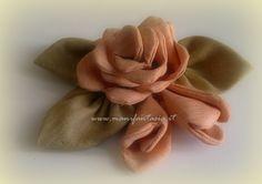 la rosa di stoffa fai da te è molto bella e decorativa da utilizare per decorare borse di stoffa tende e per applicazioni su cuori e cuscini oppure su stelo