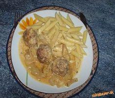 Mäsové guľky v suprovej omáčke mleté mäso, dve žemle, petržlen vňať, soľ, mčk, sladká paprika, 4 cibule, 4 jablčka, smotana na varenie, 1/2 l bujónu , maslo a olej. Príloha: cestoviny Pomleté mäso, vyžmýk žemle, soľ, korenie, č. papriku a petržlen zmiešame, tvarujeme guličky, opečieme, vyberieme, vo výpeku popražíme cibuľu pridáme nakráj jablčka, prehrejeme, aby sa nerozvarili guľky vrátime do panvice a zalejeme bujónom, varíme10 min zahustíme smotanou s 1 PL hl. múky, necháme prejsť varom
