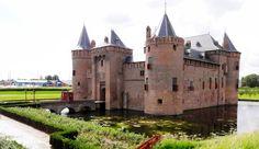 Het bekendste en misschien wel mooiste kasteel van Nederland staat even buiten Muiden: het Muiderslot. Twee beroemde namen uit de Nederlandse geschiedenis spelen een grote rol in het verhaal van dit slot: graaf Floris V en schrijver P.C. Hooft.