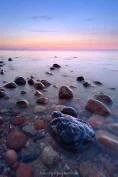 Beautiful sunset and amazing stones, photography. The Baltic Sea coast, Poland. Niesamowite kamienie w morzu, piękny zachód słońca nad Bałtykiem, Polska. Fotograf Jarek Konarzewski