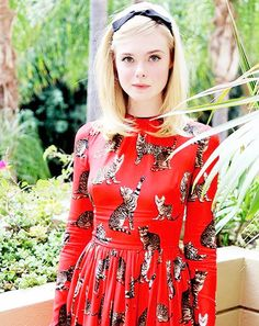 source : tumblr elle fanning  _ at  the neon demon photocall in LA june 20I6 (collection portrait actrice américaine cinéma, mode robe rouge motifs chats) american actress, red dress cats fashion