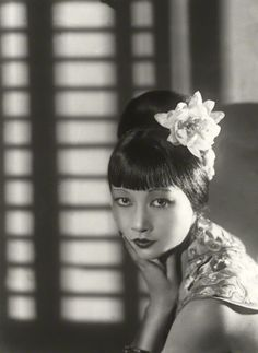 Anna May Wong, photo by Paul Tanqueray. love the hair, my daytime look! Golden Age Of Hollywood, Vintage Hollywood, Classic Hollywood, Hollywood Glamour, Hollywood Style, Hollywood Actresses, Divas, Vintage Glamour, Vintage Beauty