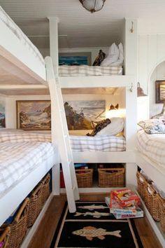 Para um quarto bem pequeno e que precisa acomodar várias pessoas, esta é uma ideia bacana: dois beliches no canto do espaço.