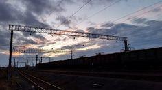 Ein Sonnenuntergang irgendwo in den Weiten Sibiriens. Wir haben nicht mehr weit bis Novosibirsk, der Hauptstadt Sibiriens. Die Transsibirische Eisenbahn ist die Haupttransportader Russlands. Wir haben bis hierher schon zahllose Begegnungen mit Güterzügen gehabt.
