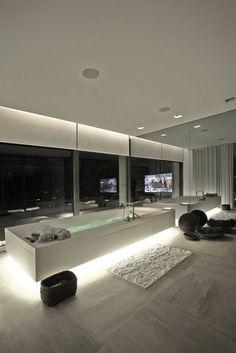 chambre d'hôtel avec jacuzzi, intérieur contemporain et grande baignoire rectangulaire
