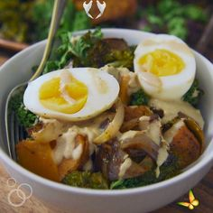 Whole30 Vegetarian Power Bowls Easy and healthy Whole30 Vegetarian Power Bowl. Low carb, packed with roasted veggies, with a creamy and delicious Whole30 dressing. Top with a soft boiled egg for a filling, high protein vegetarian meal! Dairy free, gluten free, grain free, and Paleo compliant. #whole30 #paleo #glutenfree #vegetarian #healthyrecipe via @wellplated<br> Vegetarian Recipes Videos, High Protein Vegetarian Recipes, Vegetarian Meal Prep, Healthy Recipe Videos, Vegan Vegetarian, Sweet Potato Recipes Healthy, Healthy Recipes, Healthy Food, Veggie Cups
