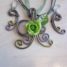 """Collier et boucles """"rose verte"""" en fil d'aluminium et porcelaine froide"""