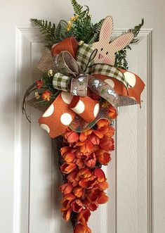 Gracious Easter Door Decorations that are elegant and dramatic Decorate your front door and spread the Easter cheer around you. Check out the best Easter door decoration ideas using wreaths, banners and more. Easter Wreaths, Holiday Wreaths, Holiday Crafts, Spring Wreaths, Couronne Diy, Diy Ostern, Deco Floral, Diy Décoration, Easy Diy