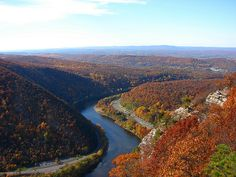 Delaware Water Gap - View from Mt. Tammany Delaware River winding through the Water Gap. Mount Minsi (PA) is on the left. Mount Tammany (NJ) is on the right. - taken by hikePA Delaware Water Gap Camping, Best American Road Trips, Hiking Places, Hiking Trails, Backpacking Trails, Best Honeymoon Destinations, Travel Destinations, Best Hikes, New Jersey