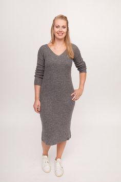 c66eafdaf96ed1 Deze grijze driekwartsjurk van Aggel Knitwear is grof gebreid van  gemêleerde wol (grijs-wit