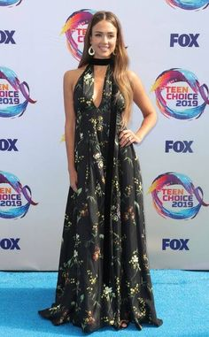 2019 Teen Choice Awards: Jessica Alba is wearing a black floral Oscar de la Renta halter gown. Gorgeous as always! Jesica Biel, Jessica Alba Pictures, Candace Cameron Bure, Halter Gown, Teen Choice Awards, Prabal Gurung, Red Carpet Looks, Red Carpet Fashion, Hollywood Actresses