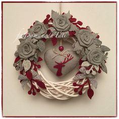 Corona di salice bianca con rose di lino grigio e cuore con cervo rosso, by fattoamanodaTati