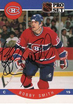 Bobby Smith : À sa troisième saison avec les Canadiens, en 1985-86, le grand joueur de centre a grandement aidé l'équipe a remporté une 23e coupe Stanley. Dans le cinquième et dernier match de la série finale opposant le Tricolore aux Flames à Calgary, Smith a déjoué le gardien Mike Vernon en milieu de troisième période et permit à l'équipe de soulever le précieux trophée. Hockey Teams, Hockey Players, Ice Hockey, Montreal Canadiens, Nhl, Hockey Cards, Baseball Cards, Old Montreal, Player Card