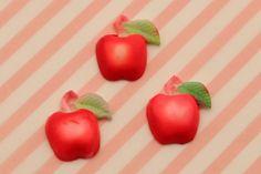 1945年〜50年代に作られた日本製のヴィンテージカボション。レトロな赤の林檎モチーフです。かわいいフルーツのカボションです。●販売数:2個セット●サイズ:1...|ハンドメイド、手作り、手仕事品の通販・販売・購入ならCreema。