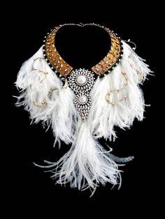 Sublime collier métal tissu rehaussé de cristaux, cabochons de perles de verre nacré et terminé de longues plumes blanches