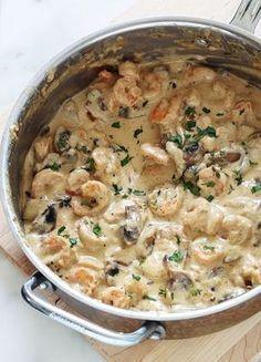 Food Discover Crevettes sauce à la crÃme fromage et champignons : facile rapide prêt en 15 minutes. Fish Recipes, Seafood Recipes, Pasta Recipes, Crockpot Recipes, Chicken Recipes, Cooking Recipes, Seafood Pasta, Keto Recipes, Shrimp Cream Sauce
