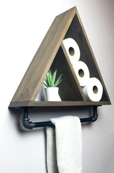 Dreieck-Badezimmer-Regal mit industriellem Bauernhaus-Tuch-Stab, geometrischer L. Triangle Bathroom Shelf with Industrial Farmhouse Towel Bar, Geometric Country Rustic Storage, Modern Farmhouse, Apartment Dorm Decor - Woodworking Projects Diy, Diy Wood Projects, Home Projects, Woodworking Plans, Diy Projects For Bedroom, Woodworking Beginner, Woodworking Inspiration, Apartment Projects, Unique Woodworking