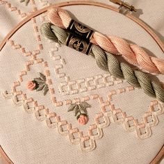 how to do brazilian embroidery stitches Hand Embroidery Videos, Hand Embroidery Patterns, Embroidery Techniques, Embroidery Stitches, Cross Stitch Patterns, Doily Patterns, Hardanger Embroidery, Embroidery Hoop Art, Ribbon Embroidery
